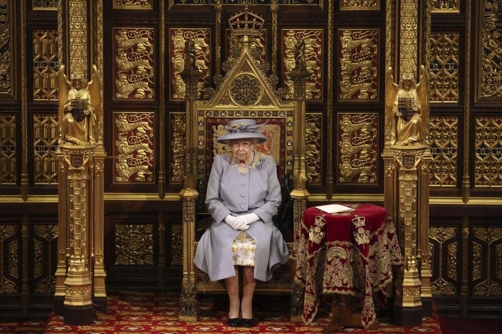 Rainha britânica, Elizabeth II, na Câmara dos Lordes durante cerimônia de Abertura do Parlamento no Palácio de Westminster em Londres, 11 de maio de 2021