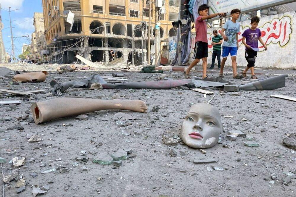 Partes de manequim quebrado ao lado de prédio destruído durante os ataques aéreos de Israel na Faixa de Gaza, 12 de maio de 2021
