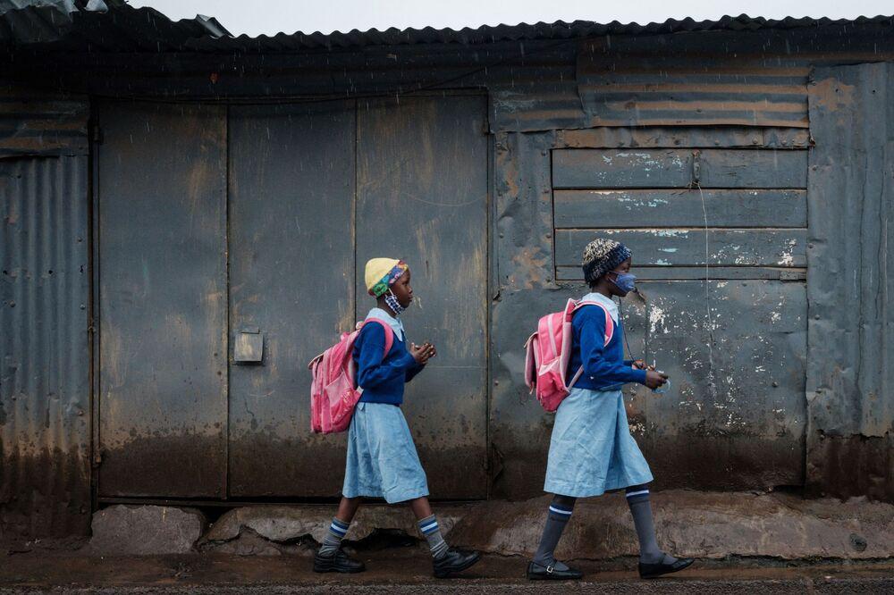 Alunas indo à escola olímpica após seis semanas de fechamento por causa da pandemia do novo coronavírus, Nairóbi, Quênia, 10 de maio de 2021