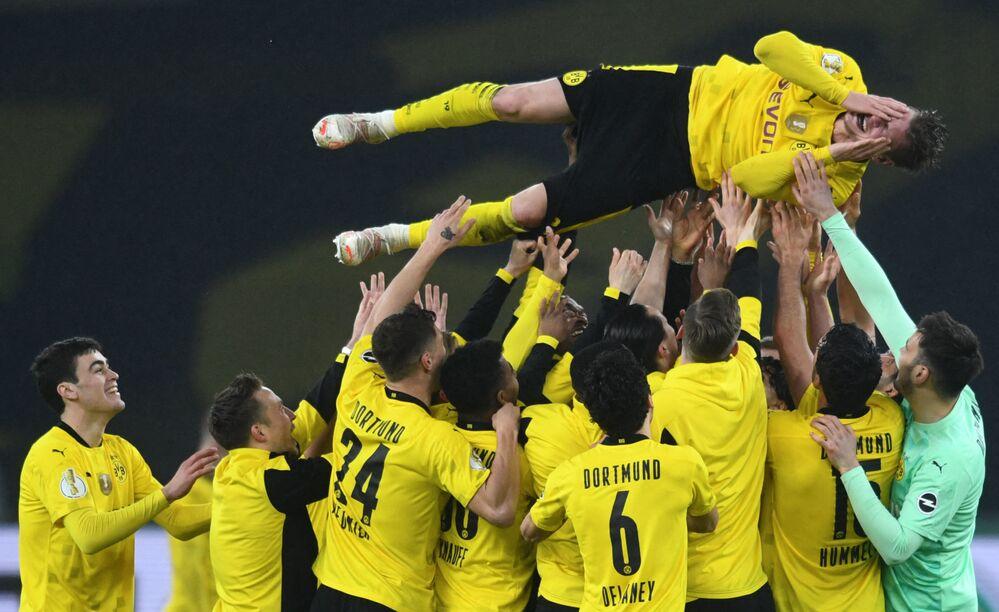 Jogador polonês do Dortmund, Lukasz Piszczek, é tirado no ar por sua equipe após a final entre os times RB Leipzig e o BVB Borussia Dortmund, Berlim, Alemanha, 13 de maio de 2021