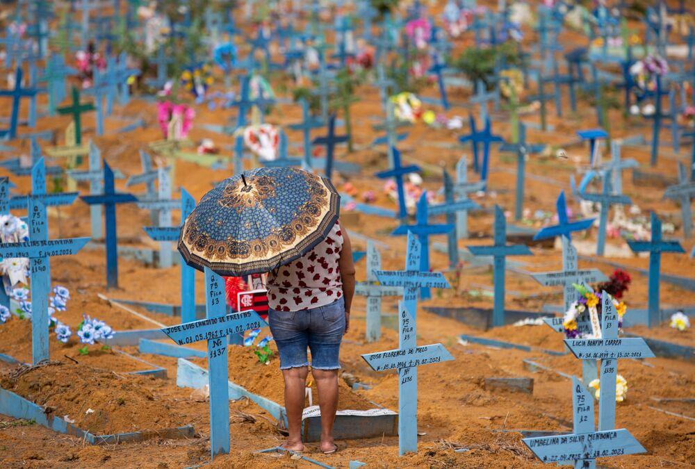 Mulher visita cemitério de Nossa Senhora Aparecida no Dia da Mãe, em Manaus, Brasil, 9 de maio de 2021, quando os cemitérios no país foram abertos pela primeira vez desde o início da pandemia