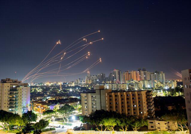 Sistema antiaéreo Cúpula de Ferro israelense interceptando foguetes lançados da Faixa de Gaza em direção a Israel, 15 de maio de 2021
