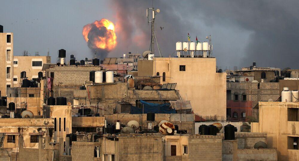 Fumaça causada pelos ataques aéreos israelenses no sul da Faixa de Gaza