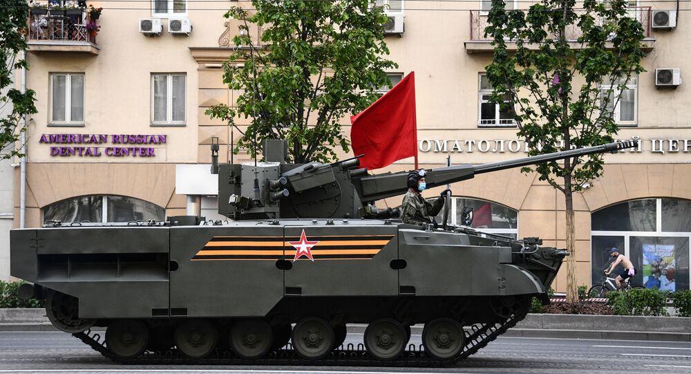 Sistema autopropulsado de artilharia antiaérea Derivatsiya-PVO, ou ZAK-57, se deslocando na véspera do desfile do 75º aniversário da Vitória na Grande Guerra pela Pátria (parte da Segunda Guerra Mundial, compreendida entre 22 de junho de 1941 e 9 de maio de 1945, e limitada às hostilidades entre a União Soviética e a Alemanha nazista e seus aliados), em Moscou, Rússia, 8 de maio de 2020