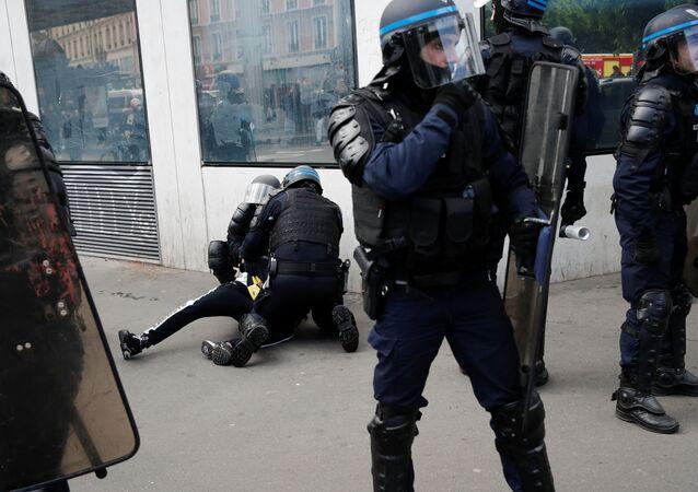 Polícia imobiliza um homem durante manifestação de apoio à Palestina em Paris, França, em 15 de maio de 2021