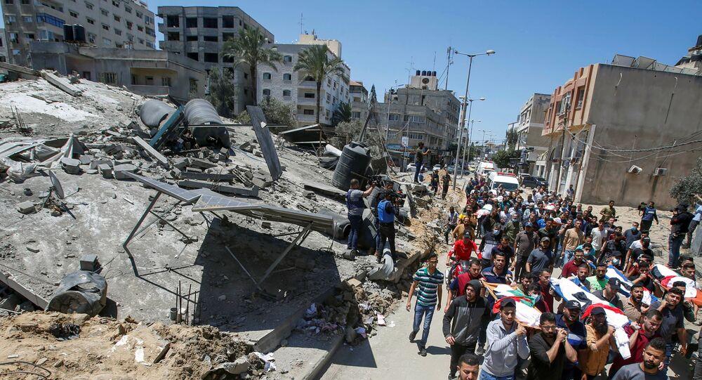 Palestinos carregam corpos de vítimas dos ataques israelenses na Cidade de Gaza neste sábado, 15 de maio de 2021