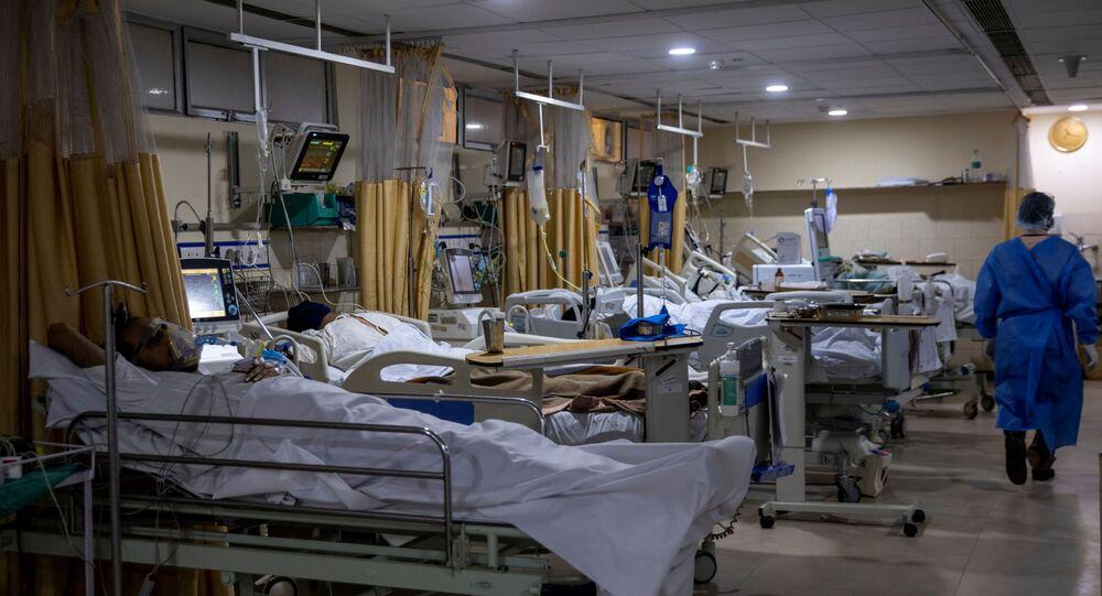 Pacientes sofrendo da doença do novo coronavírus (COVID-19) dentro da enfermaria de UTI do Hospital Santa Família em Nova Deli, Índia, 29 de abril de 2021