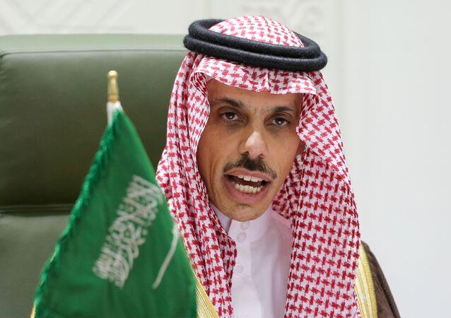 Príncipe Faisal bin Farhan al-Saud, ministro das Relações Exteriores da Arábia Saudita, fala durante coletiva de imprensa em Riad, Arábia Saudita, 22 de março de 2021