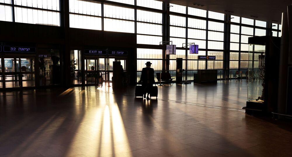Passageiro chega a terminal no Aeroporto Ben Gurion antes de Israel proibir os voos internacionais devido à pandemia da doença do novo coronavírus (COVID-19), em Lod, perto de Tel Aviv, Israel, 25 de janeiro de 2021