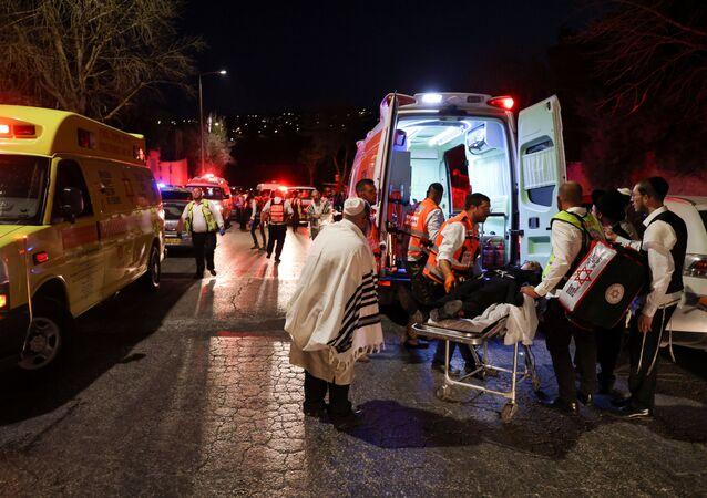 Em Giv'at Ze'ev, na Cisjordânia ocupada, profissionais de saúde resgatam feridos após um desabamento em uma sinagoga durante um festival religioso, em 16 de maio de 2021