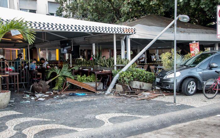 Carro invade restaurante na Avenida Atlântica, na praia de Copacabana, na cidade do Rio de Janeiro. Três idosos ficaram feridos
