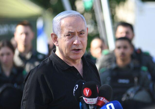 O primeiro-ministro de Israel, Benjamin Netanyahu, conversa com policiais israelenses na cidade de Lod, onde foram registrados confrontos entre árabes-israelenses e judeus