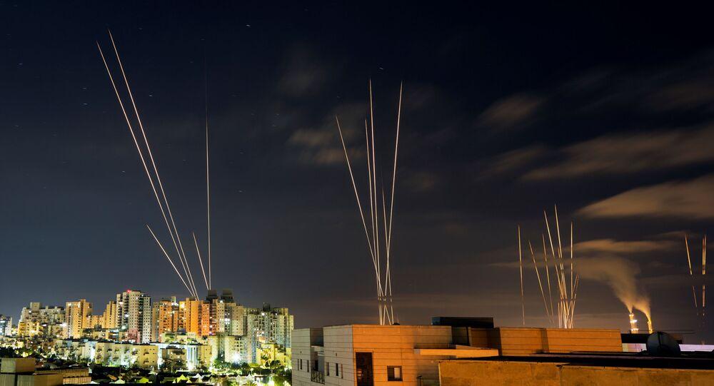 Raios de luz são vistos quando foguetes são lançados da Faixa de Gaza em direção ao centro de Israel, visto de Ashkelon, Israel, 16 de maio de 2021