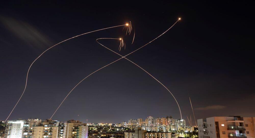 Foguetes lançados da Faixa de Gaza são interceptados pela Cúpula de Ferro em Ashkelon, Israel