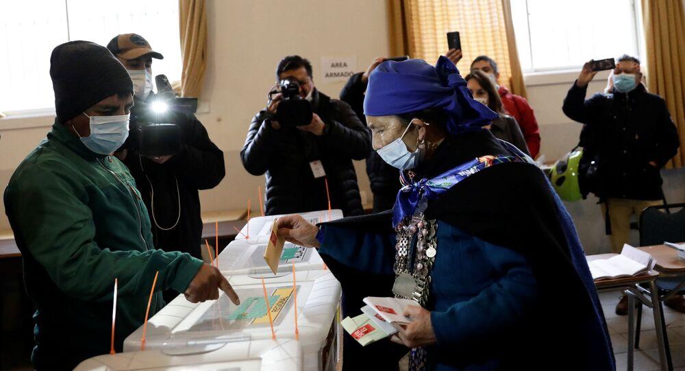 Francisca Linconao, líder mapuche e candidata à Assembleia Constituinte no Chile, deposita seu voto na megaeleição para escolher governadores, prefeitos, vereadores e deputados constituintes