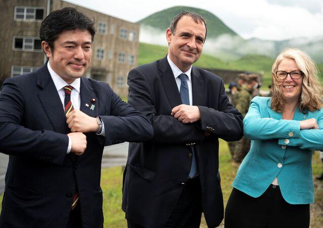 O vice-ministro da Defesa do Japão, Yasuhide Nakayama, o embaixador da França no Japão, Philippe Setton, e a embaixadora da Austrália no Japão, Jan Adams, posam para fotos durante exercícios militares conjunto entre as Forças de Autodefesa do Japão, Exército Francês e Fuzileiros Navais dos EUA