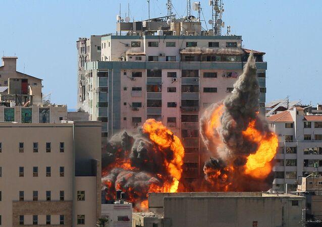 O prédio Al-Jalaa que abrigava os escritórios de mídia da Associated Press (AP) e da Al Jazeera é atingido por um ataque aéreo israelense na cidade de Gaza, em 15 de maio de 2021