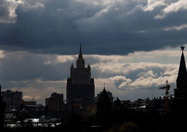 Panorama da sede do Ministério das Relações Exteriores da Rússia e as torres do Kremlin em Moscou, Rússia, 26 de abril de 2021