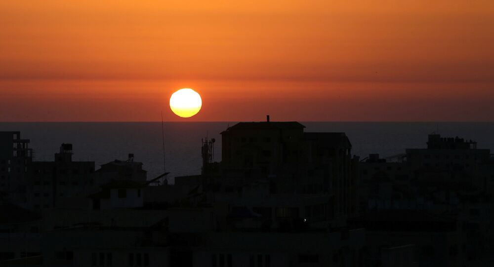 Pôr do sol sobre o mar Mediterrâneo na costa da Cidade de Gaza em meio à violência transfronteiriça entre militares israelenses e militantes palestinos, 14 de maio de 2021