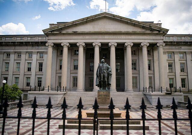 Estátua do ex-senador Albert Gallatin perto do Departamento do Tesouro em Washington, EUA, 25 de abril de 2021