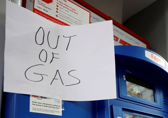 Cartaz é visto em posto da Exxon sem gasolina depois que um ataque cibernético paralisou o maior duto de combustível do país, operado pela Colonial Pipeline, em Washington, EUA, 15 de maio de 2021.