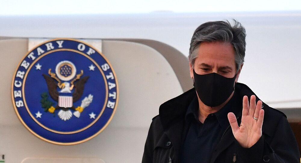 Em Londres, no Reino Unido, o secretário de Estado dos EUA, Antony Blinken, acena ao desembarcar no aeroporto Stansted, em 2 de maio de 2021
