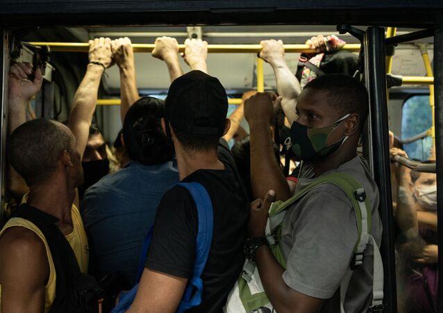 Movimentação de passageiros dentro de BRT na estação Recreio Shopping, zona oeste do Rio