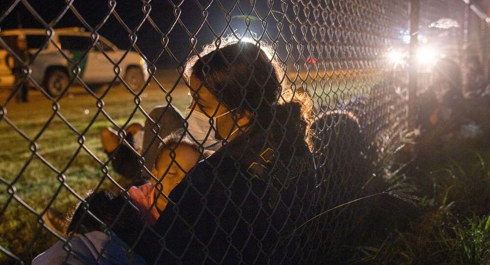 Em La Joya, no estado norte-americano do Texas, imigrantes ilegais são detidos pela guarda fronteiriça dos Estados Unidos, em 8 de maio de 2021