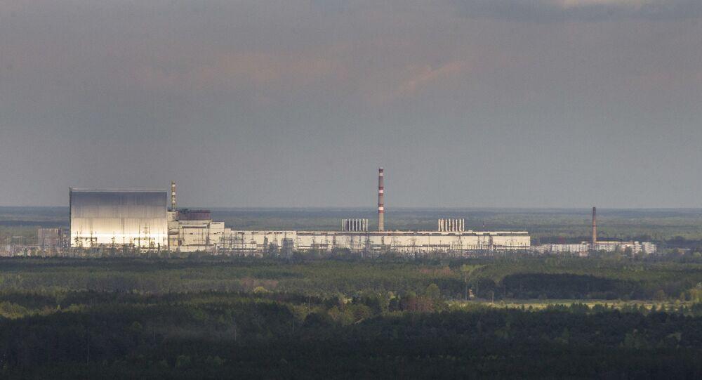Vista aérea da usina nuclear de Chernobyl e uma nova cúpula protetora, à esquerda, instalada sobre o reator explodido