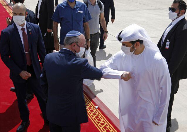 O Conselheiro de Segurança Nacional de Israel, Meir Ben-Shabbat, centro-esquerda, bate o cotovelo com um oficial dos Emirados ao deixar Abu Dhabi, Emirados Árabes, 1º de setembro de 2020