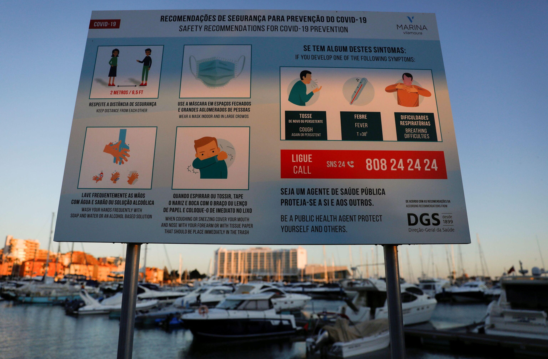 Outdoor com recomendações de segurança sanitária em Marina de Vilamoura em meio à reabertura de fronteiras de Portugal para turistas, Vilamoura, Loule, Portugal, 17 de maio de 2021