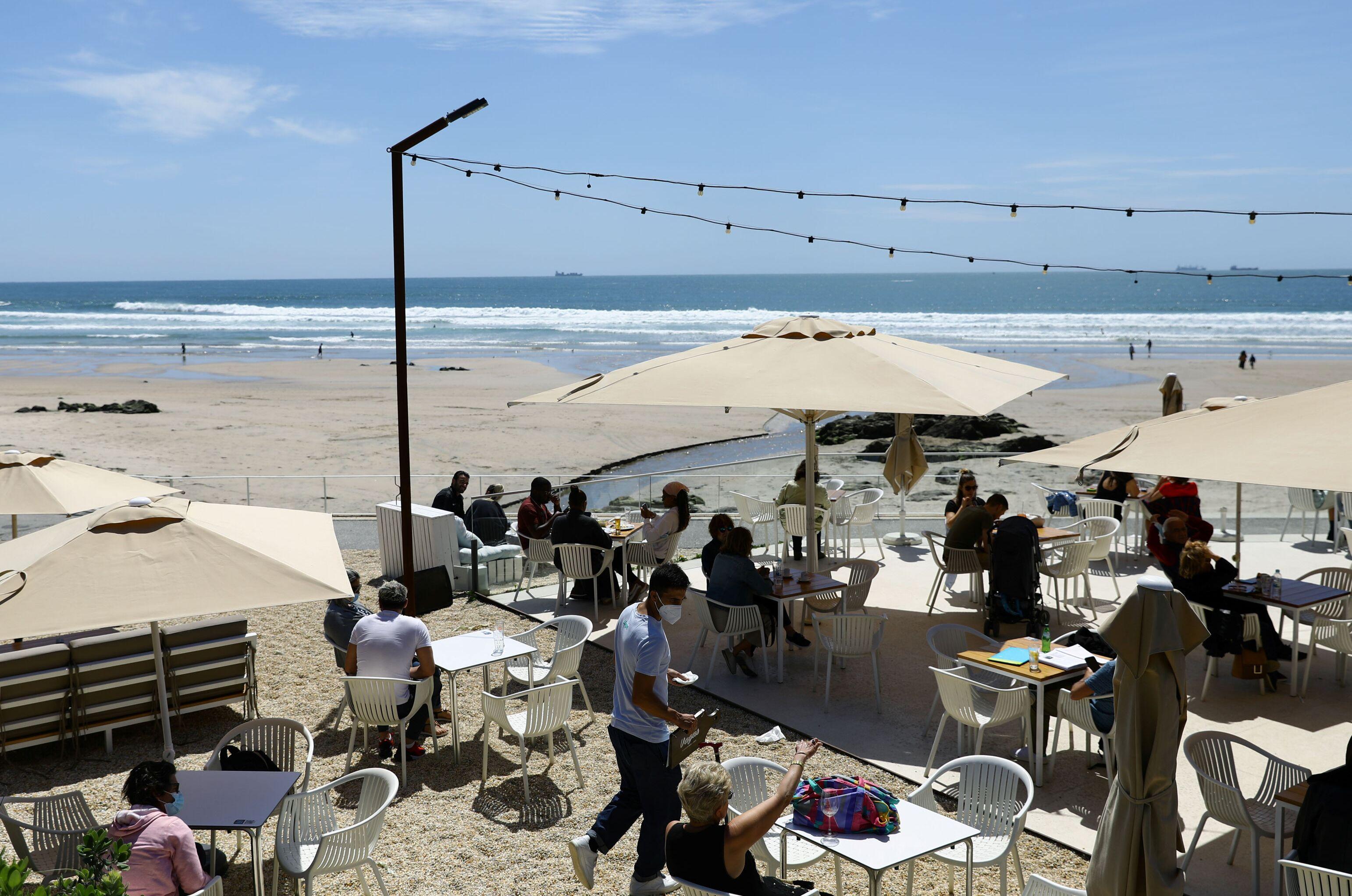 Turistas em restaurante ao ar livre na praia de Matosinhos, Portugal, 17 de maio de 2021