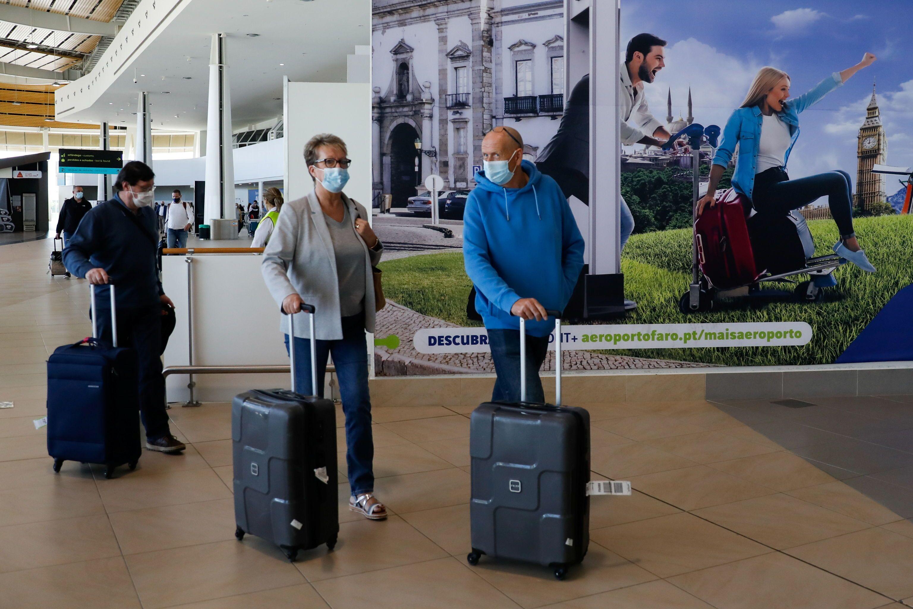 Turistas de Manchester chegando ao Aeroporto de Faro no primeiro dia de reabertura das fronteiras de Portugal para turistas britânicos, Faro, Portugal, 17 de maio de 2021