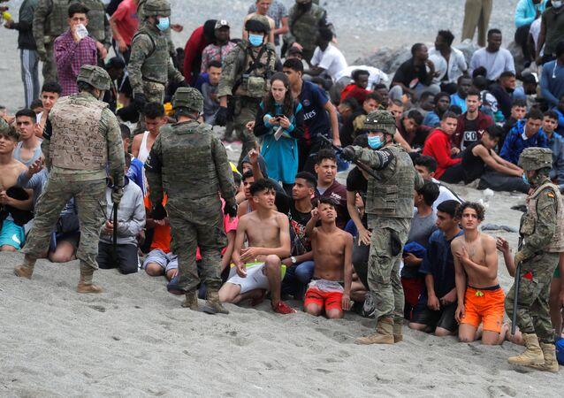 Legionários espanhóis reagrupam os menores perto da fronteira entre Espanha e Marrocos, Ceuta, Espanha, 18 de maio de 2021