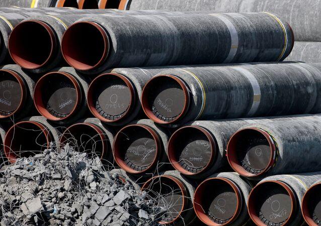 No porto de Mukran, em Sassnitz, na Alemanha, dutos que serão usados no oleoduto Nord Stream 2 são estocados, em 10 de setembro de 2020