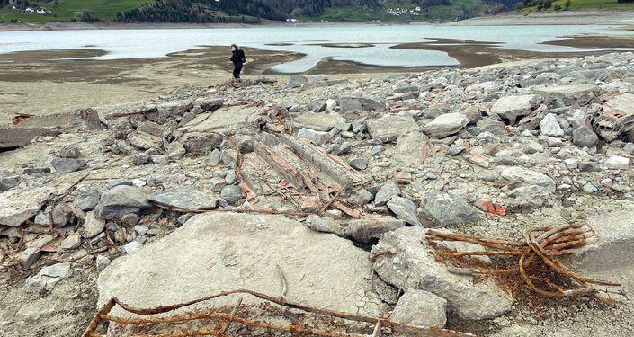 Restos do povoado italiano de Curon no lago artificial de Resia, em Tirol do Sul, Itália