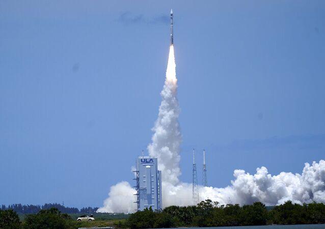 A United Launch Alliance lança o foguete Atlas V com o satélite SBIRS GEO 5 na estação da Força Espacial dos EUA em Cabo Canaveral, na Flórida