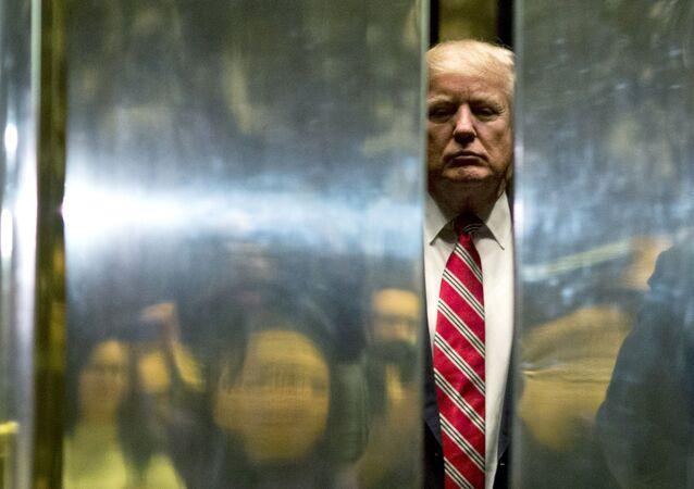 Então presidente eleito dos EUA, Donald Trump, no hall de um dos prédios construídos pela sua empresa em Nova York, EUA, 16 de janeiro de 2021