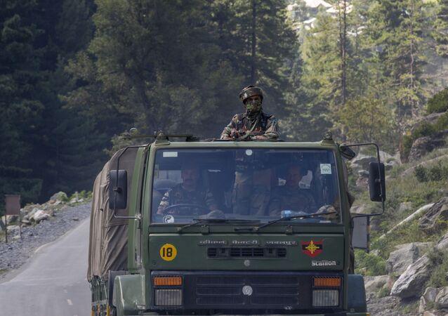Um soldado do exército indiano mantém guarda em cima de seu veículo enquanto seu comboio se move na rodovia Srinagar-Ladakh em 9 de setembro de 2020.