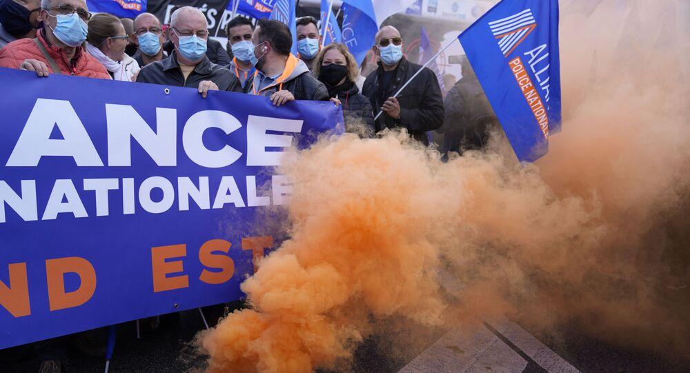 Fumaça colorida é liberada em meio a protesto de policiais franceses