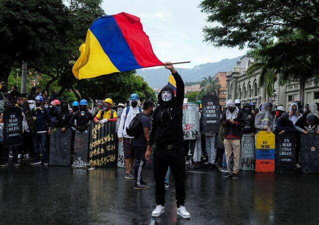 Manifestantes participam de protesto exigindo ação do governo para combater pobreza, violência policial e desigualdades nos sistemas de saúde e educação, Medelín, Colômbia, 18 de maio de 2021