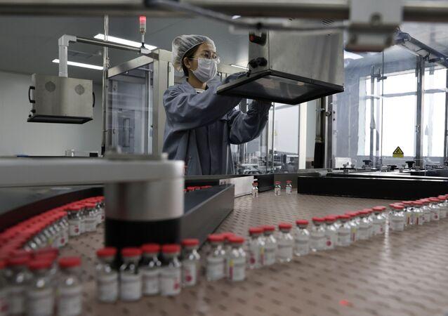 Funcionário do laboratório chinês CanSino trabalha na fabricação de vacina de dose única contra o coronavírus