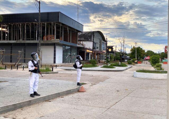 Militares colombianos vigiam a fronteira entre Leticia e Tabatinga (AM), fechada desde março por causa da pandemia