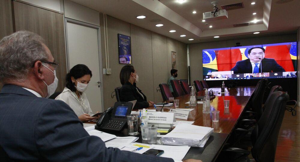 Videoconferência do ministro da Saúde do Brasil, Marcelo Queiroga, com o embaixador chinês em Brasília, Yang Wanming, em 7 de maio de 2021