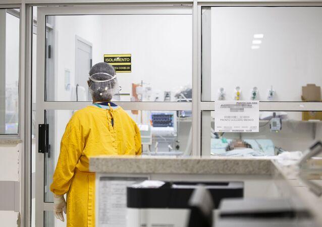 Em Londrina, no estado brasileiro do Paraná, profissionais de saúde trabalham em um hospital universitário de referência para a COVID-19, em 23 de abril de 2021