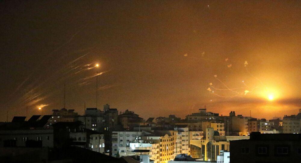 Em Israel, o sistema de defesa antiaérea Cúpula de Ferro intercepta foguetes lançados da Faixa de Gaza, em 12 de maio de 2021