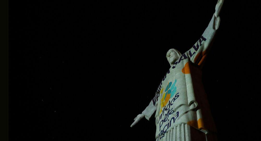 Ato em defesa da vacinação contra a COVID-19 no monumento do Cristo Redentor, símbolo do Rio de Janeiro, em 15 de maio de 2021