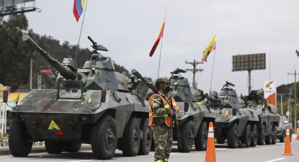 Em Bogotá, na Colômbia, militares e tanques protegem pedágios para evitar danos em meio a protestos, em 4 de maio de 2021