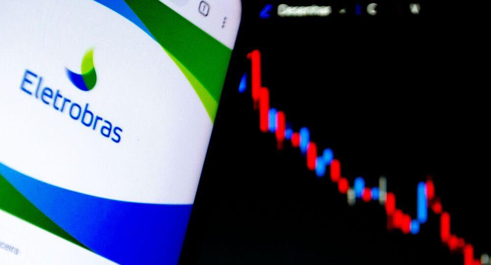 Em São Paulo, Brasil, logo da estatal de energia Eletrobras é mostrado ao lado de uma painel de ações na bolsa de valores, em 4 de maio de 2021