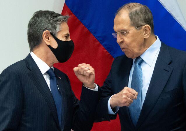 Ministro das Relações Exteriores da Rússia, Sergei Lavrov, (à direita), e o secretário de Estado dos EUA, Antony Blinken, durante encontro em Reykjavik, Islândia, 18 de maio de 2021